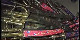 पुलिस की बड़ी कार्रवाई, छापेमारी में जब्त किये 300 से अधिक तलवार
