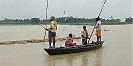 बागमती नदी के जलस्तर में वृद्धि से मंडराने लगा बाढ़ का खतरा, सड़क पर बह रहा पानी