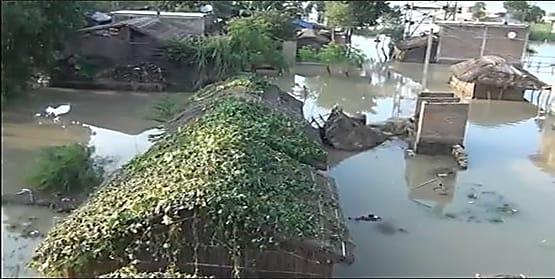 मुंगेर में बाढ़ का पानी कई गांव में घुसा, खुले आसमान के नीचे आश्रय ले रहे लोग