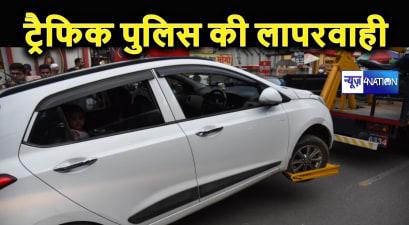 ट्रैफिक नियमों के पालन कराने में पुलिस भूली मानवता, कार में सवार महिला समेत बच्चे को क्रेन से उठवाया, चिखते रहे बच्चे