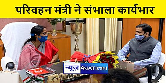 परिवहन मंत्री शीला कुमारी ने संभाला कार्यभार, प्रधान सचिव संजय अग्रवाल ने फूल देकर किया स्वागत