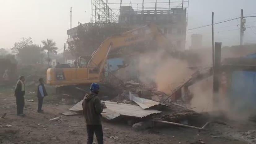 हाजीपुर में अतिक्रमण पर चला प्रशासन का बुलडोजर, एनएच के निर्माण में लगातार आ रही थी बाधा