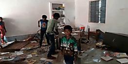 झंडोतोलन के बाद छात्र-छात्राओं को नहीं मिली मिठाई तो स्कूल में जमकर की तोड़फोड़