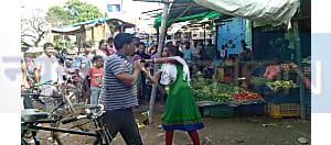 बीच बाजार में छेड़खानी को लेकर हाईवोल्टेज ड्रामा, पहले युवक ने की पिटाई फिर युवती ने लिया बदला