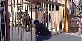 इंटरमीडिएट परीक्षा में सेंटर पर लेट पहुँचनेवाले छात्रों को मिली ऐसी सजा, जिसे आप भी देखकर रह जायेगे दंग