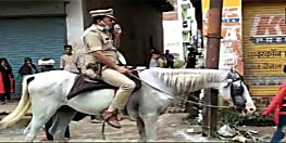 लॉकडाउन के नियम का पालन करवाने के लिए घोड़े पर यूपी पुलिस, कमान नाबालिगों के हाथ