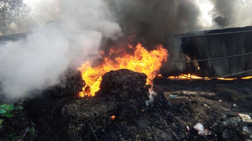 कबाड़ी गोदाम में लगी आग, लाखों की संपत्ति जलकर हुई राख