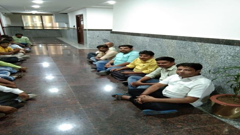 पुलिस मुख्यालय में इंस्पेक्टर और प्रशाखा पदाधिकारी के बीच कहासुनी मामला, कार्रवाई की मांग को लेकर डीजीपी कार्यालय के बाहर धरना