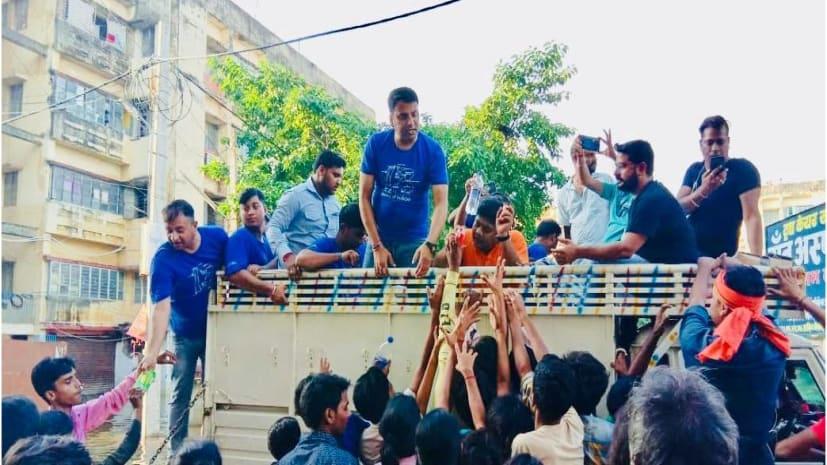 पटना के बाढ़ पीड़ितों की सहायता के लिए आगे आई इंडिगो की टीम, लोगों के घरों तक पहुंचाया राहत सामग्री