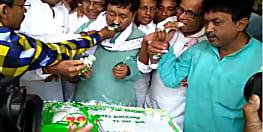 लालू प्रसाद के जन्मदिन पर राजद दफ्तर में काटा गया 72 पाउंड का  केक, नहीं पहुंचा परिवार का कोई सदस्य