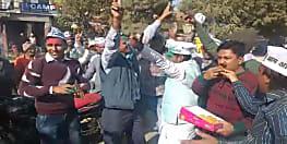 दिल्ली में आप की जीत पर कार्यकर्ताओं में ख़ुशी की लहर, रंग गुलाल लगाकर मनाई खुशियाँ