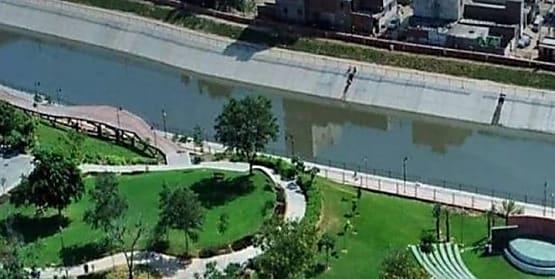 विदेशी युवती कपड़े उतारकर नदी में कूद गई , बचाने के लिए थानेदार ने लगाई छलांग