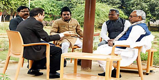 AMU किशनगंज सेंटर के निदेशक ने की CM से मुलाकात, नीतीश कुमार बोले- सरकार देगी हरसंभव मदद