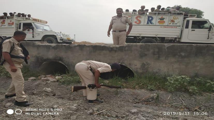 शांतिपूर्ण मतदान के लिए पुलिस ने किया फ्लैगमार्च, पुल-पुलिया की मेटल डिटेक्टर से की जांच