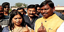 झारखंड चुनाव : अर्जुन मुंड़ा ने खेलारी साई प्राथमिक विद्यालय बूथ पर डाला वोट, बीजेपी की जीत का किया दावा