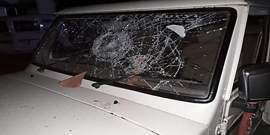 शराब कारोबारियों ने किया पुलिस टीम पर हमला, SI समेत तीन पुलिस वाले घायल, गाड़ी भी तोड़ी