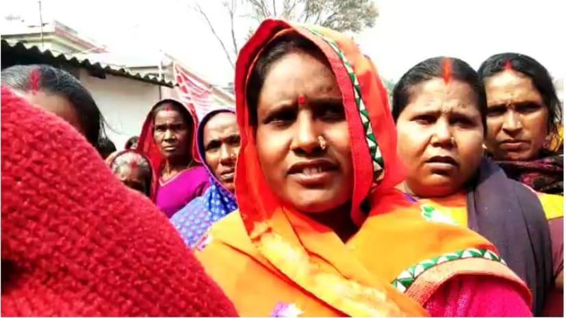 गरीबों के खाता में रुपया भेजने के अफवाह पर पोस्ट ऑफिस में उमड़ी भीड़, अफरा-तफरी का माहौल