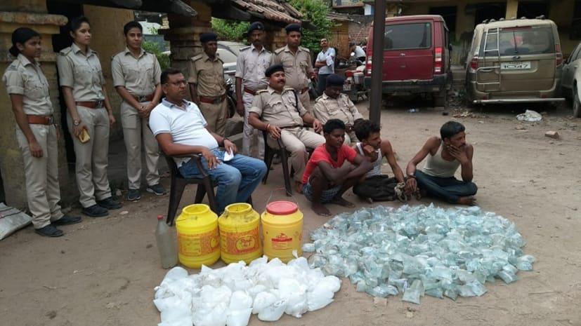 नवादा में उत्पाद विभाग की टीम ने की छापेमारी, भारी मात्रा में शराब के साथ तीन को किया गिरफ्तार