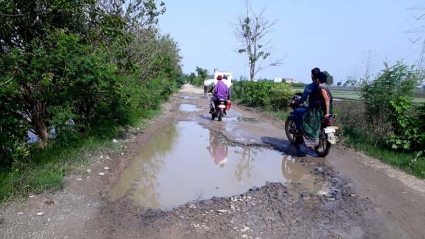 मोहनियां- रामगढ़ पथ से भरखर सहित कई गांवों को जोड़नेवाली सड़क बदहाल, दुर्घटना की आशंका