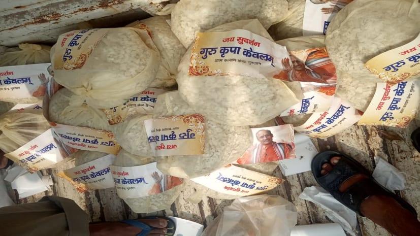 पटना के बाढ़ पीड़ितो की सेवा में जुटा आचार्य श्री सुदर्शन जी महाराज का आत्मकल्याण  केन्द्र, वितरित किया खाद्य सामग्री