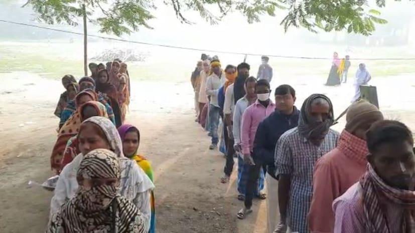 वैशाली के महुआ में मतदाताओं की दिखी लंबी कतार, लोकतंत्र के महापर्व में बढ़चढ़ कर ले रहे हिस्सा