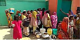 डीप बोरिंग में ताला मारने से भड़का महिलाओं का गुस्सा, पुरुलिया धनबाद मार्ग को किया जाम