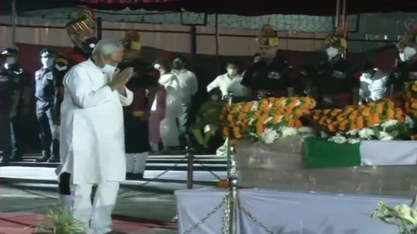पटना में दिवंगत नेता रामविलास पासवान को नीतीश कुमार ने दी श्रद्धांजलि, भावुक हुए सीएम