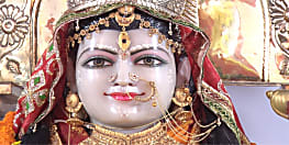माता दुर्गा का नाव से  हो रहा आगमन, मां के प्रारूप मां शैलपुत्री की आराधना हो रही है