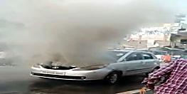 चलती कार में लगी आग, कार से कूद 5 लोगों ने बचायी जान, देखें वीडियो