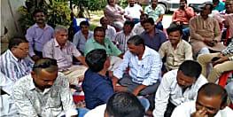 नालंदा में धरने पर बैठे ठेकेदार, ग्रामीण कार्य विभाग के खिलाफ खोला मोर्चा