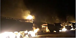 सड़क हादसे में कारोबारी की मौत के बाद बवाल, कई ट्रकों और कार में लगाई आग, पुलिस को दौड़ा-दौड़ाकर पीटा