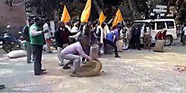 धान क्रय केन्द्र पर बिचौलियो के कब्जे से परेशान किसानों ने किया प्रदर्शन, सड़क पर फेंके धान