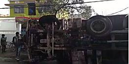 अनियंत्रित हो होकर बिजली की पोल से टकराई ट्रक, धू-धू कर जली