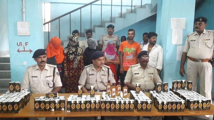शराब का अवैद्य कारोबार : पुलिस ने 52 लीटर शराब के साथ चार महिला और दो पुरुष को किया गिरफ्तार