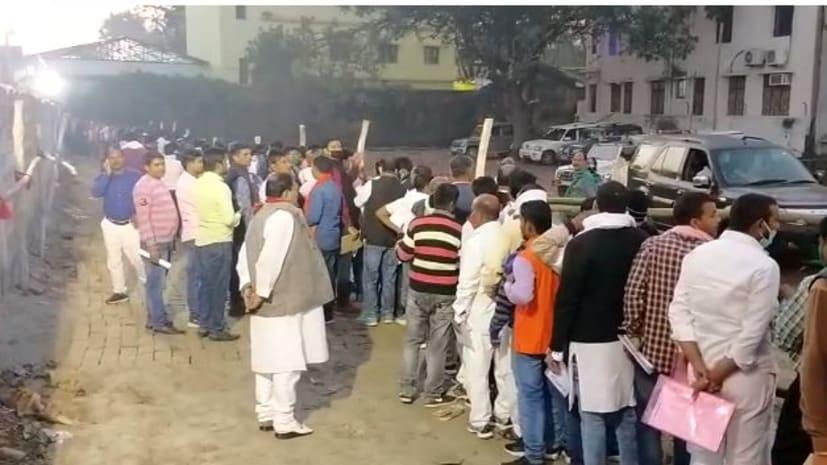 हाजीपुर के मतगणना केंद्र पर प्रत्याशी और उनके समर्थकों में उत्साह, आरएन काॅलेज के बाहर सुबह 5 से ही लगी भीड़