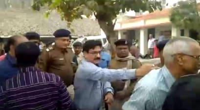 परिवहन विभाग के अधिकारी की दादागिरी आई सामने, वरिष्ठ नागरिक को धक्के मारकर थाने से किया बाहर