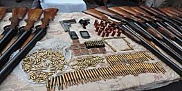मुंगेर में मिला हथियारों का जखीरा, राइफल-रिवाल्वर समेत 29 डबल बैरल बंदूक जब्त
