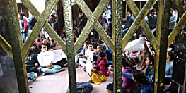 NMCH में लड़कियों के छात्रावास में घुसे असामाजिक तत्व, विरोध में धरने पर बैठी छात्राएं
