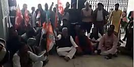 इस भाजपा नेता के पिता का प्रतिमा लगाने का विरोध, अलग-अलग पार्टियों ने किया प्रदर्शन