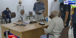 हुजूर...हमारे गांव को यूपी में मिला दिया जाए,वृद्ध की यह मांग सुन CM नीतीश हंसने लगे......