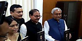 सीएम नीतीश ने किया चंदापुरी द्वारा लिखित कविता संग्रह 'दीप-प्रभा' के द्वितीय संस्करण का विमोचन