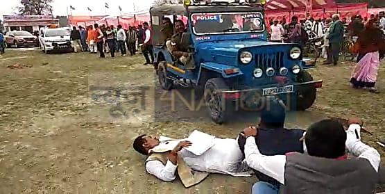 नियोजित शिक्षकों ने स्वास्थ्य मंत्री मंगल पांडेय को घेरा....गाड़ी के आगे लेट कर जताया विरोध