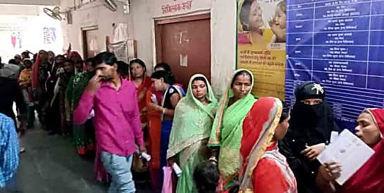 मोतिहारी में स्वास्थ्य सेवाओं का बुरा हाल, डॉक्टर के इन्तजार में घंटों खड़े रहते हैं मरीज