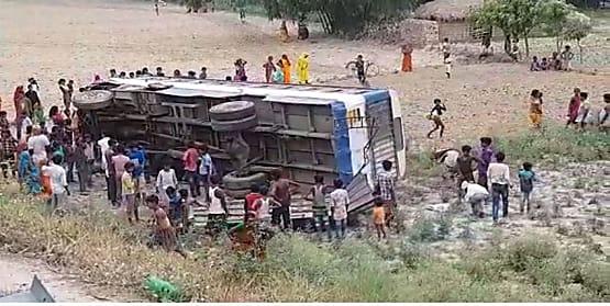 मुजफ्फरपुर में बड़ा हादसा :  यात्रियों से भरी बस गड्डे में पलटी