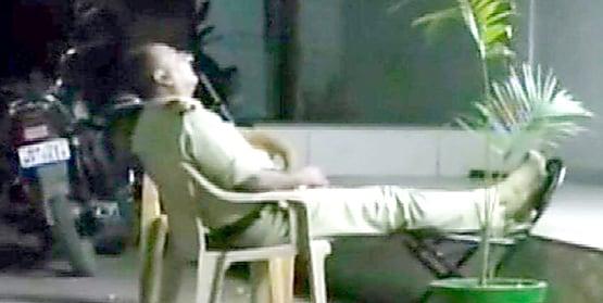 डयूटी पर सो रहे थे पुलिसकर्मी, एसएसपी ने सुना दी ऐसी सजा