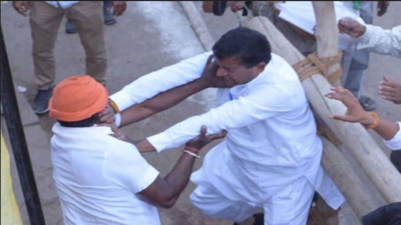 प्रियंका गांधी के कार्यक्रम में भिड़े कांग्रेस और BJP कार्यकर्ता, जमकर हुई धक्का-मुक्की