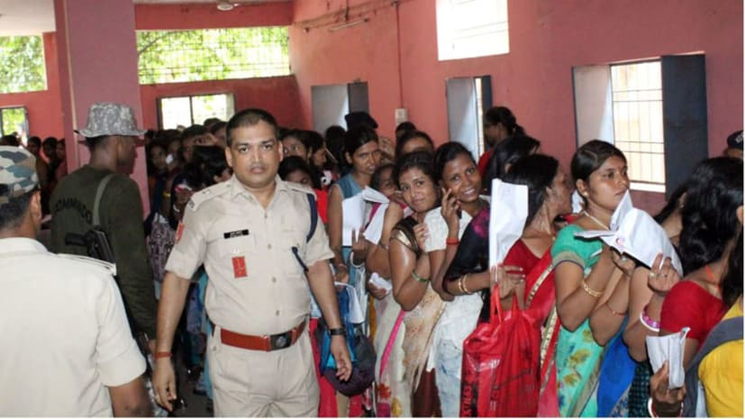 चरित्र प्रमाणपत्र बनाने के लिए महिलाओं की लग रही लंबी कतार, भीड़ को नियत्रित करने के लिए एएसपी अभियान संभाले मोर्चा