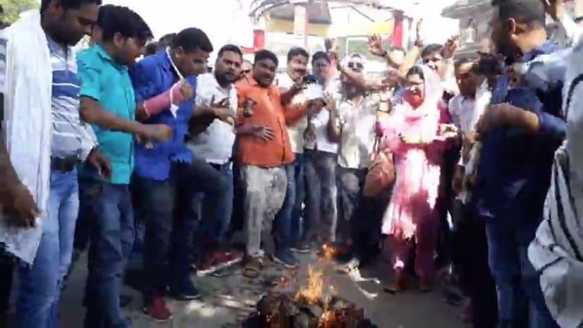 नियोजित शिक्षकों पर लाठीचार्ज को लेकर फूटा शिक्षकों का गुस्सा, मुख्यमंत्री का किया पुतला दहन