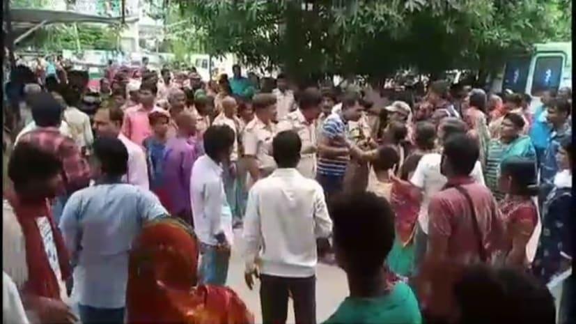 ग्रामीणों ने युवक के इलाज में लापरवाही का लगाया आरोप, अस्पताल में किया जमकर हंगामा