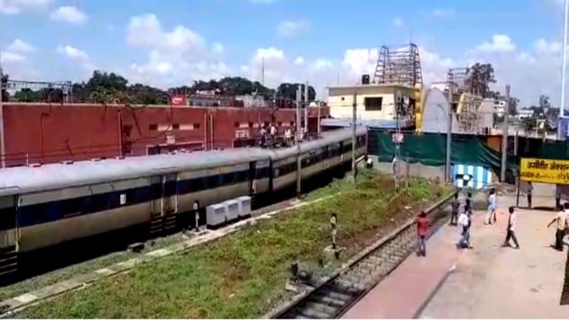 जसीडीह स्टेशन पर टला बड़ा हादसा, बैरिकेडिंग तोड़ते हुए आगे निकली ट्रेन